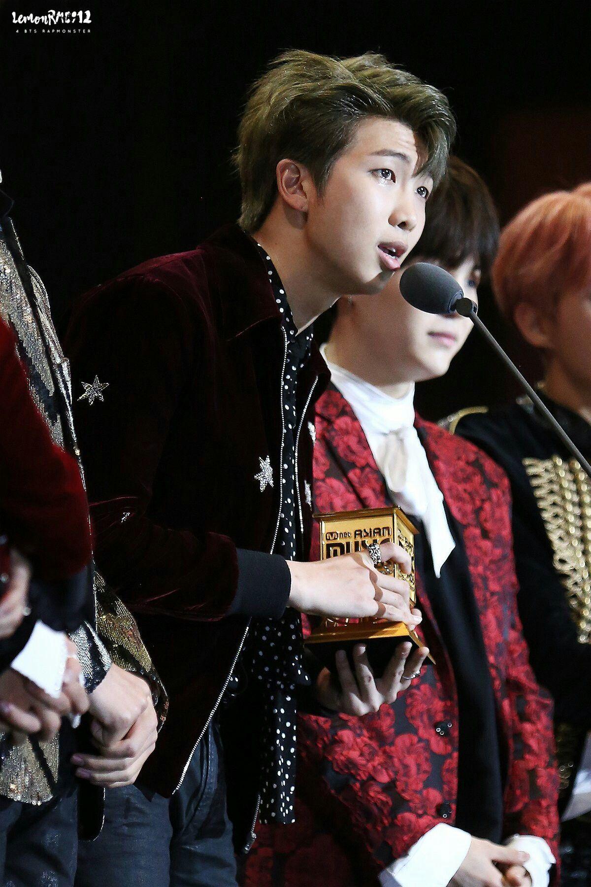 RM BTS saat memberikan pidato setelah menerima penghargaan Daesang Artist of the Year di acara MAMA 2016.