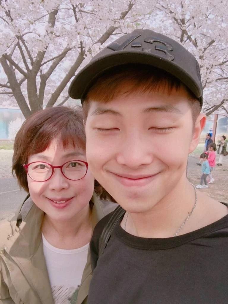 RM BTS bersama ibunya.