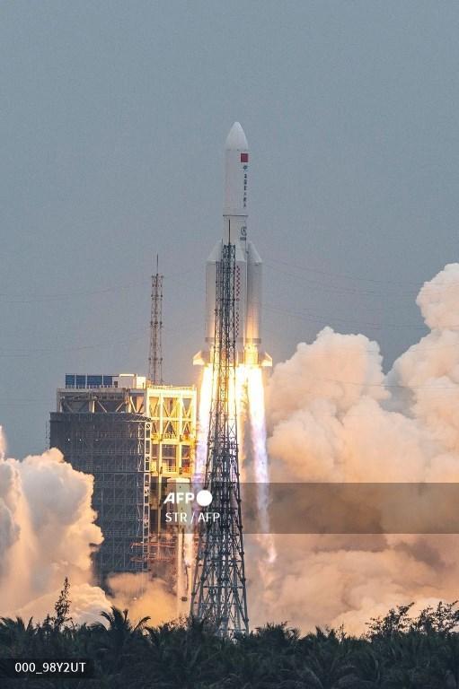 Roket Long March 5B, yang membawa modul inti Tianhe untuk stasiun luar angkasa Tiongkok, lepas landas dari Pusat Peluncuran Luar Angkasa Wenchang di provinsi Hainan Tiongkok selatan pada 29 April 2021.