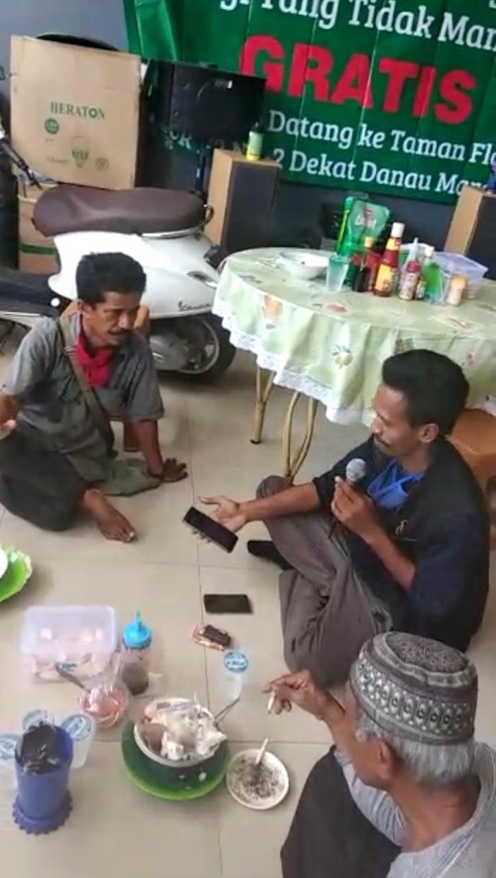 Satu keluarga di Bekasi, Jawa Barat membuka warung maka gratis bagi kaum dhuaffa dan anak yatim selama pandemi Covid-19.