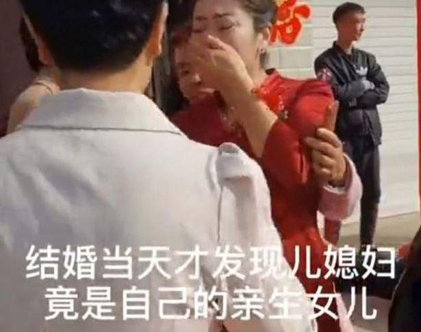 Seorang ibu menangis menemukan putrinya yang hilang di hari pernikahan putranya