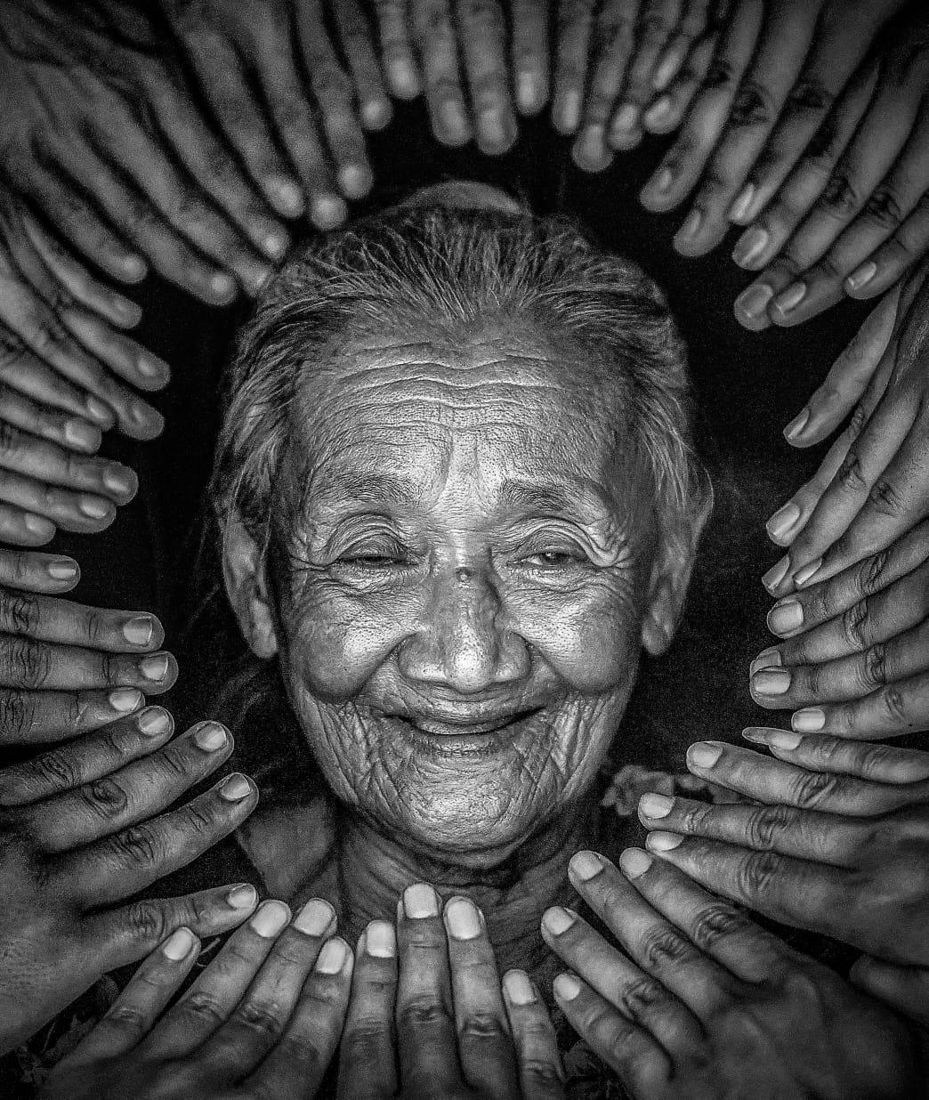 Seorang nenek asal Pekalongan bernama Mbah Diseh tiba-tiba viral
