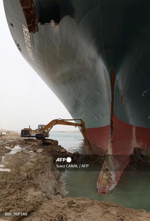 Sebuah gambar selebaran yang dirilis oleh Otoritas Terusan Suez pada tanggal 25 Maret 2021 menunjukkan MV Ever Given (Evergreen) milik Taiwan, kapal sepanjang 400 meter (1.300 kaki) dan lebar 59 meter, bersandar ke samping dan menghalangi semuanya. lalu lintas melintasi jalur air Terusan Suez Mesir. Otoritas Terusan Suez Mesir mengatakan pihaknya