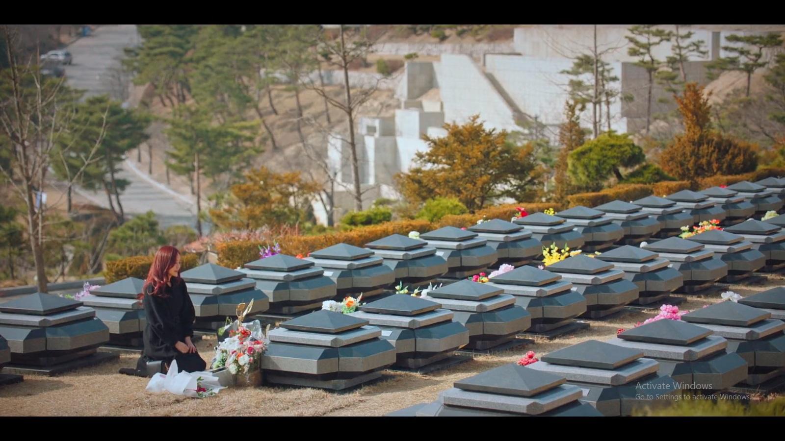 Oh Yoon Hee mencoba bunuh diri di depan makam Bae Ro Na.