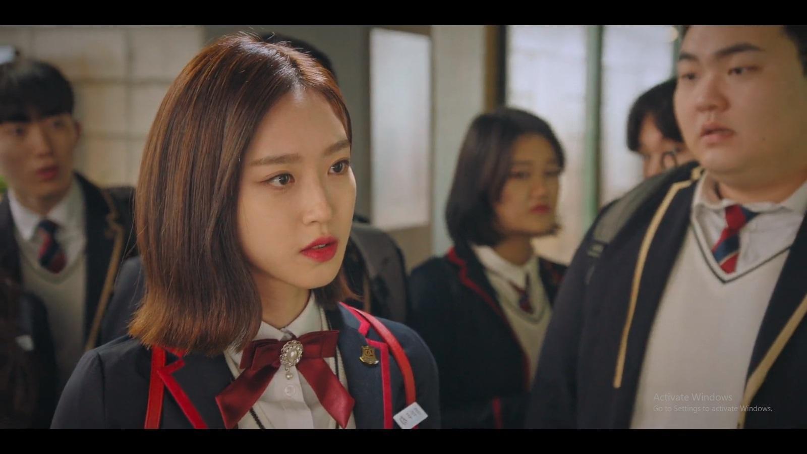 Joo Seok Kyung dijadikan pelaku tunggal tindak kekerasan di sekolah oleh Cheon Seo Jin.
