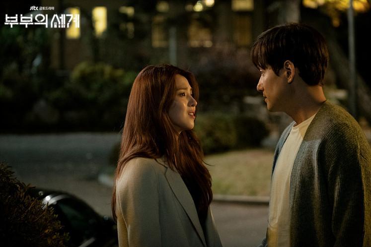 Lee Tae Oh dan Yeo Da Kyung sedang berdebat.