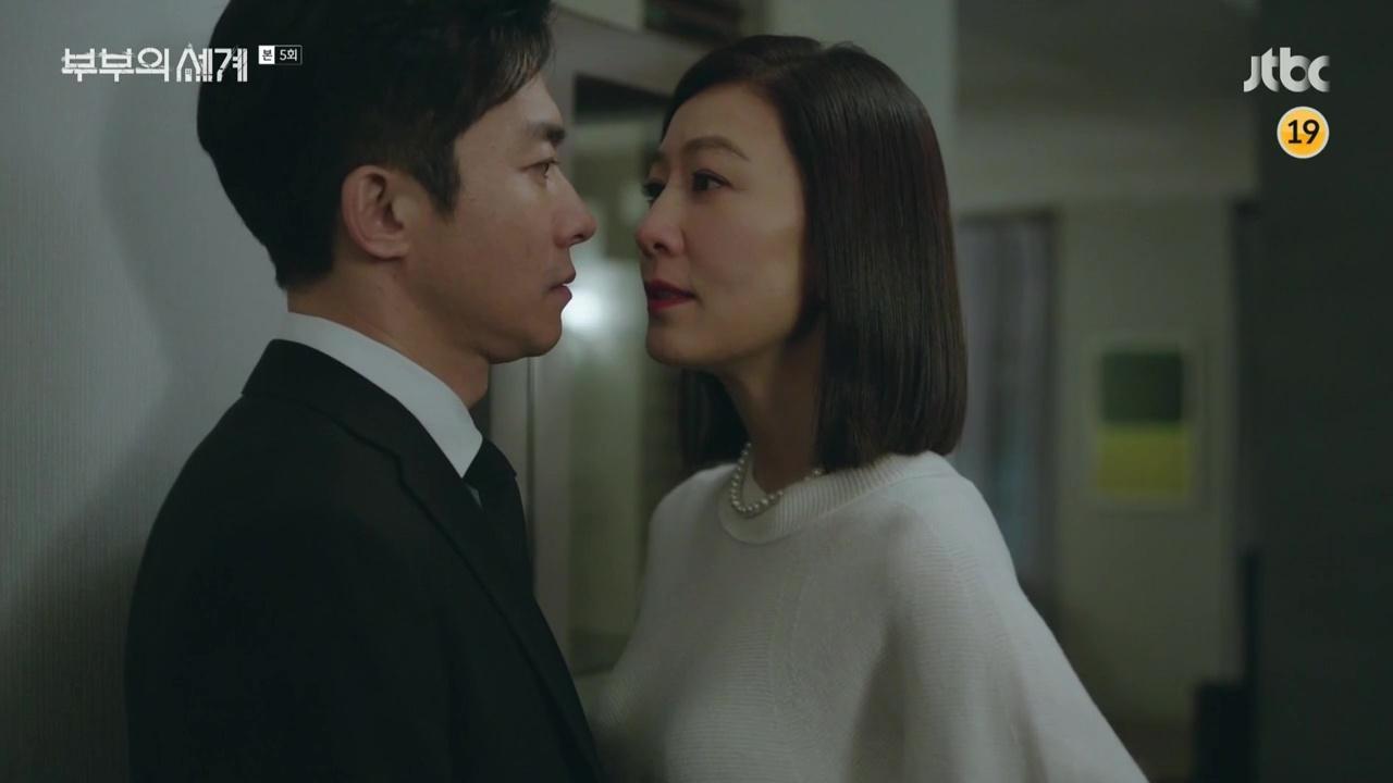 Son Je Hyuk saat mendatangi rumah Ji Sun Woo di episode 5 The World of the Married.