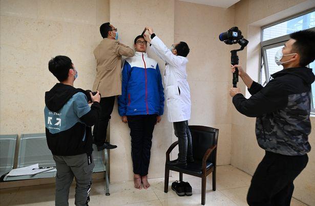 Tinggi badan Xiaoyu diukur untuk pengajuan rekor Guiness