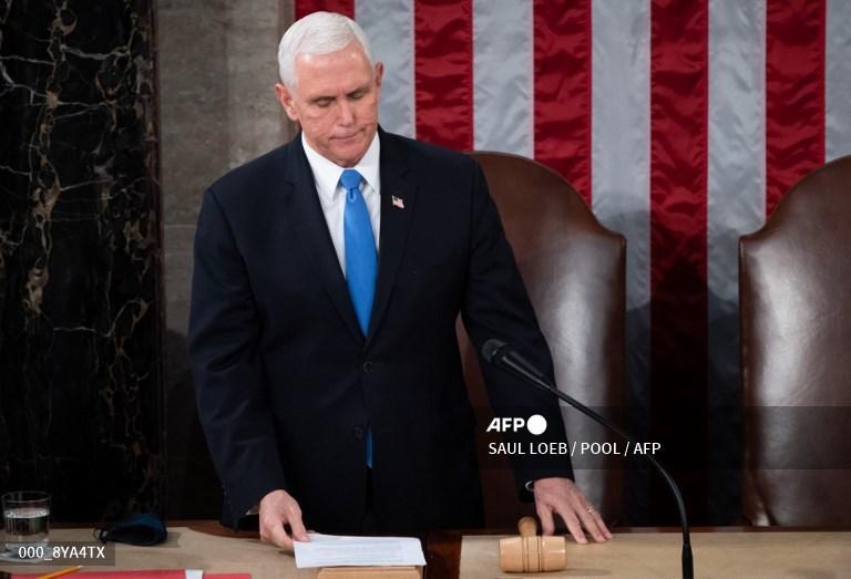 Wakil Presiden AS Mike Pence memimpin sesi gabungan Kongres untuk menghitung suara pemilihan Presiden di Capitol AS di Washington, DC, 6 Januari 2021.