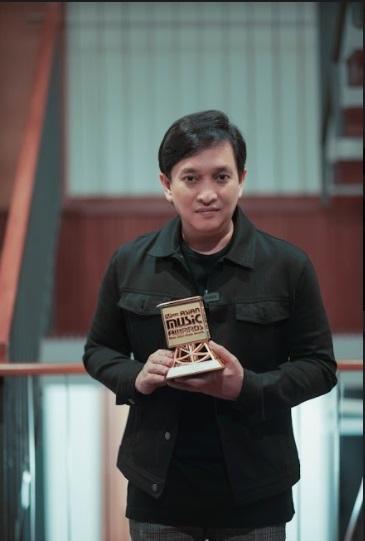 Yovie Widianto meraih penghargaan sebagai komposer terbaik di ajang MAMA 2020 1