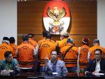 11-anggota-dprd-sumut-ditahan-sebagai-tersangka-kasus-korupsi_20200722_211522.jpg