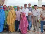 150-turis-asal-china-terkurung-di-hotel-dipeluk-gubernur.jpg