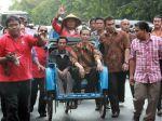 20120921_Jokowi_Tiba_di_Solo_Naik_Becak_3593.jpg
