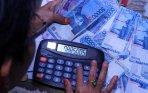 20131224_155647_warga-menghitung-uang-rupiah.jpg