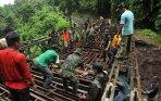 20140122_152837_bangun-jembatan-darurat-di-jalan-raya-tomohon-manado.jpg