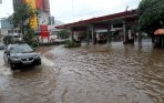 20140130_083909_kendaraan-terobos-banjir-jalan-gunung-sahari.jpg