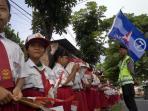 20140218_103136_siswa-sd-pegang-bendera-demokrat.jpg