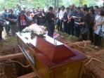 20140307_132244_isak-tangis-pemakaman-ade-sara-angelina-suroto.jpg
