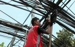 20140618_142008_pekerja-mengerjakan-pemasangan-kabel-optik.jpg