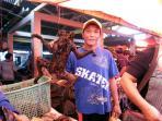20140719_155324_yaki-spesies-yang-nyaris-punah-dijual-di-pasar-langowan-manado.jpg