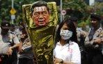 20140930_130224_demonstran-bawa-replika-piala-bapak-anti-demokrasi-award.jpg