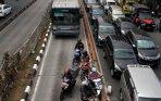 20141024_104210_pengendara-sepeda-motor-nekat-masuk-jalur-busway.jpg