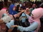 500-jilbab-dipasang-dalam-5-menit-di-mari-makassar_20151127_111611.jpg