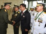 69-perwira-tinggi-tni-terima-tanda-kehormatan-negara_20160121_124830.jpg