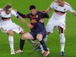 Massimo-Ambrosini-hadang-Messi.jpg