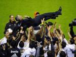 Mourinho-diangkat-ke-udara.jpg