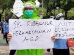 Protes PHK, Pegawai AGD Dinas Kesehatan DKI Unjuk Rasa Pakai APD di Depan Balai Kota Jakarta