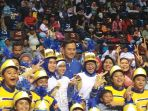 agus-yudhoyono-berfoto-bersama-siswa-siswi-marching-band_20170225_170234.jpg