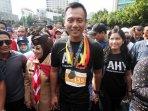 agus-yudhoyono-didampingi-sby-lakukan-jalan-sehat_20161003_162512.jpg