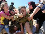 ahed-tamimi-kiri-ketika-bersitegang-dengan-seorang-pasukan-israel_20180102_041838.jpg