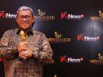 aher-raih-penghargaan-inews-maker-awards-2017_20170523_225047.jpg