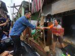 ahy-saat-memberi-bantuan-menembus-banjir-di-kawasan-bidara-cina-jakarta-timur_20180207_112509.jpg