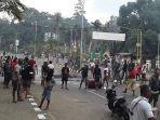 aksi-blokade-jalan-oleh-warga-papua.jpg