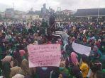 aksi-demo-di-depan-gedung-gubernur-maluku.jpg
