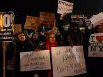 aksi-demonstrasi-protes-kebijakan-donald-trump_20170129_150548.jpg