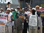 aksi-demontrasi-solidaritas-muslim-uyghur-di-konjen-rrc-surabaya_20191227_171738.jpg