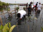 aksi-sosial-qnet-indonesia-tanam-mangrove-di-marunda_20170830_200652.jpg