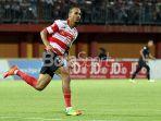 aksi-striker-madura-united-peter-odemwingie_20180710_233054.jpg