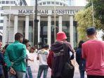 aksi-unjuk-rasa-di-depan-gedung-mk.jpg