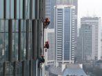aktifitas-pekerja-pembersih-gedung-jakarta_20210301_202358.jpg