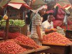 aktivitas-jual-beli-di-pasar-kramat-jati-jelang-ramadan_20190429_203823.jpg