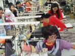 aktivitas-pekerja-di-industri-tekstil-di-pusat-industri-kecil-di-penggilingan-jakarta-timur_20160830_075027.jpg
