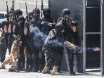 aktraksi-siswa-kepolisian-hamas-palestina-di-gaza_20200508_004618.jpg
