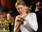 aktris-as-renee-zellweger-berpose-dengan-penghargaan.jpg