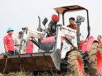 alat-mesin-pertanian-alsintan-membantu-petani-saat-panen-raya.jpg