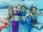 anak-anak-dengan-kostum-mermaid-sedang-berenang.jpg